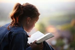 woman-reading-bible