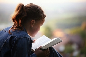 woman-reading-bible
